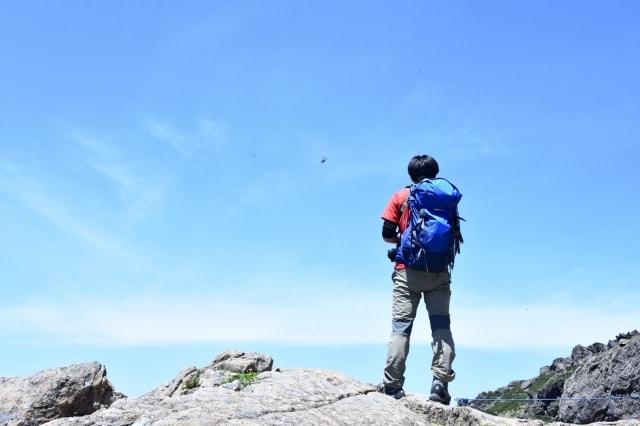 元気に登山する画像